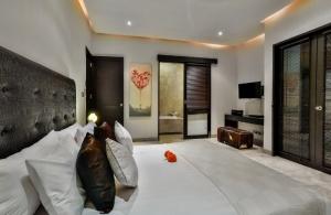 The Residence Seminyak - Villa Amala - Bedroom & bathroom one